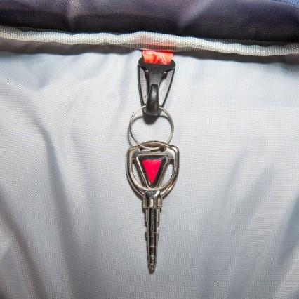 """תא נגיש ב""""ראש"""" התרמיל עם מחזיק מפתחות"""